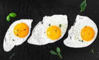 куриные яйца жаренные